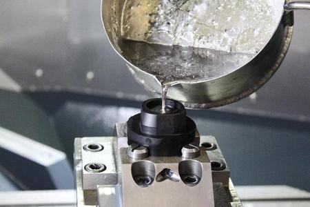 Witte WEIGUSS wird erhitzt (ca. 70°C), dadurch verflüssigt sich das Metall und lässt sich wie hier dargestellt, einfach wie Wasser gießen / Das Werkstück wird damit eingegossen