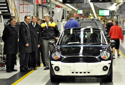 Lord Mandelson at MINI Plant Oxford, with (left to right) Ian Robertson, member of the Board of Management of BMW AG, responsible for Sales and Marketing, Andrew Smith MP, and the plant's managing director, Dr Jürgen Hedrich (10/2010)