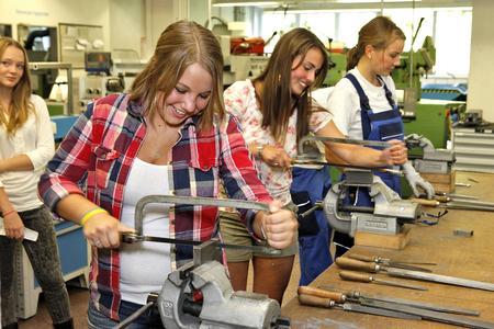 Die Teilnehmerinnen des Meet the Family Programms lernten die Metallausbildung als Teil des Unternehmensbesuchs bei Heraeus kennen