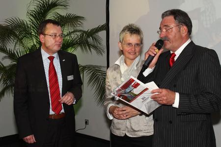 Gratulation zum 60.: Thomas Rühl, Regina Topp, Jürgen Topp (v.l.)