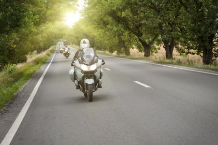 Motorradfahren in der Kolonne (Foto: Jaggat Rashidi/Shutterstock)