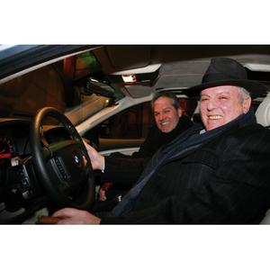 Daniel Barenboim, Generalmusikdirektor der Staatsoper Unter den Linden, und Hermann Bohrer, BMW Repräsentant und Leiter des BMW Motorradwerks Berlin, bei der Übergabe des BMW Hydrogen 7 (v.l.) (12/2007)