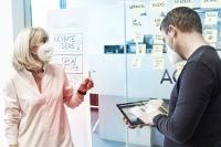 Birgit Dillmann (l.), die Geschäftsführerin der new.degree GmbH, identifiziert mit ihrem Team innerhalb der LAU-DA Gruppe temperierungsrelevante Innovationspotenziale und treibt die Digitalisierung des Weltmarktführers wei-ter voran