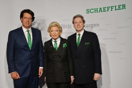 Klaus Rosenfeld, Vorsitzender des Vorstands, Gesellschafterin Maria-Elisabeth Schaeffler-Thumann und Aufsichtsratsvorsitzender Georg F. W. Schaeffler, bei der Hauptversammlung der Schaeffler AG (v. l.) / Bild: Schaeffler