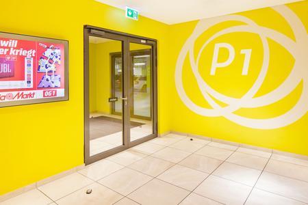 Das Schleusensystem im Milaneo- Parkhaus als multifunktionale Tür mit dem preisgekrönten Drehtürantriebssystem Slimdrive EMD