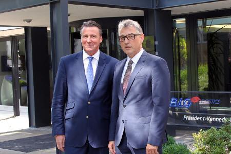 Nach der Vertragsunterzeichnung in Bremen: (v. l.) Christian Marnetté, Geschäftsführer Spedition BLG LOGISTICS, und Alexander Opszalski, der bisherige geschäftsführende Gesellschafter der FORTRAGROUP