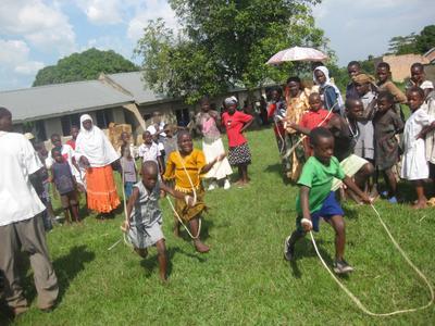 Auch sportliche Aktivitäten für die Jüngsten dürfen im Rahmen des Hilfsprogramms nicht zu kurz kommen. Den Kindern macht das Seilspringen sichtlich Spaß!