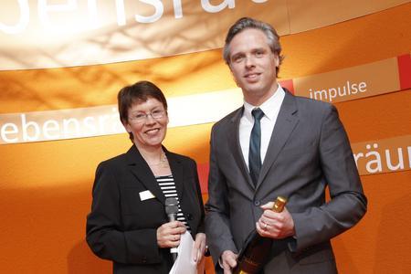 Aus den Händen der Chefredakteurin der Fachzeitschrift Altenheim, Monika Gaier, nahm der DMRZ-Geschäftsführer René Gelin das Lob der Jury entgegen.