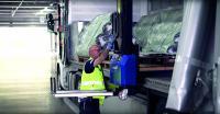 """Mit dem sich selbstverladenden Mitnahmestapler """"Lancelot"""" können bis zu 6,5 Meter lange und 650 Kilogramm schwere Güter beim privaten Endkunden direkt und unkompliziert abgeladen- und abgeholt werden. (Foto: ELVIS AG)"""