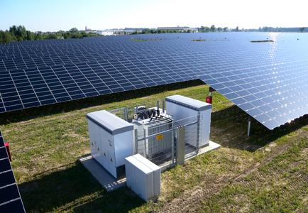Wechselrichterstation in einem netzstabilisierenden Freiflächen-Solarkraftwerk
