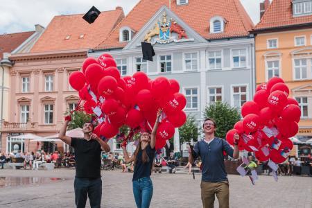 Sie haben gemeinsam die Marke 10.000 Abschlüsse geknackt: Daniel Marcel Ginesta Roque (v. l.), Magdalena Kenter und Michael Jesernitzki.