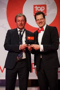 Siegfried Bloch (links), Personalchef bei arvato Systems, nimmt die Auszeichnung von Top Employers Institute CEO David Plink entgegen
