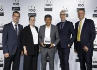 Ranga Yogeshwar (Bildmitte) zeichnet die exorbyte GmbH als Top-Innovator 2019 aus: Benno Nieswand (li.), Dr. Tim Geppert (r.), Ana Bertol, Thilo Torkler. © KD Busch/compamedia