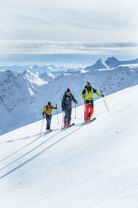 Skitourengeher in den Tiroler Bergen