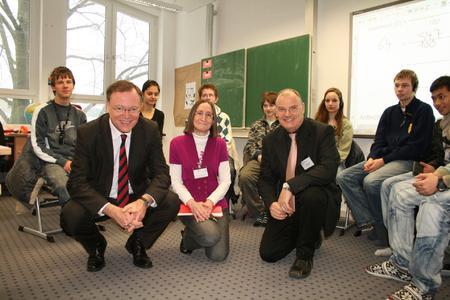 Oberbürgermeister Stephan Weil (vorne links) mit Almut Gehlhar, Leiterin der Franz-Mersi-Schule(vorne Mitte),und Ulrich Hübner, Leiter der Hartwig-Claußen-Schule(vorne rechts),mit hörgeschädigten Schülerinnen und Schülern der achten Klasse