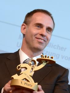"""""""DIE OBERFLÄCHE 2012"""" in Gold geht an die Karl Wörwag GmbH, Stuttgart. Den Preis nimmt Helge Warta, Leiter Folientechnik, entgegen"""