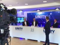 Im Studio am Standort Büren waren u.a. die UNITY-Vorstände Tomas Pfänder, Christoph Plass und Dr.-Ing. Frank Thielemann (v. l.) vertreten. Der Moderator Tobias Fenneker (vorn) führte durch das Programm.