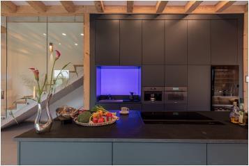 Mit akzentuiertem Licht von Brumberg wird der Küchenbereich (Miele) zusätzlich betont (Lichtszene 2) / Bild: Connected Comfort