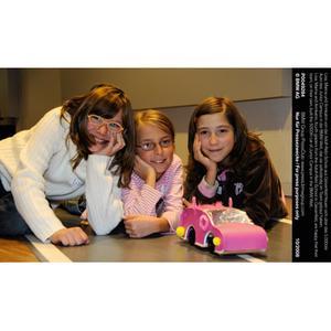 Lisa, Marina und Annkatrin von der Adolf-Rebl-Schule aus Geisenfeld freuen sich über das 5.000ste Auto des Junior Campus in der BMW Welt, das sie selbständig im Team gebaut haben