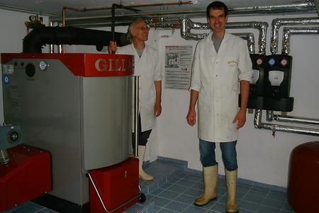 Josef Schnabler im Heizraum beim 30kW Pelletskessel