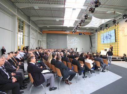 Zahlreiche Gäste nahmen am offiziellen Festakt in der neu eingeweihten Fertigungshalle teil