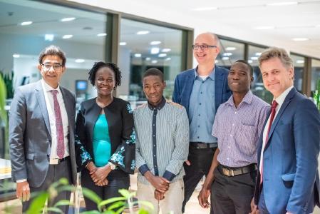 von links nach rechts: Arshad Rab, EOSD, Particia Ojangole, UDB, Dr. Stefan Tröster, Fraunhofer ICT, Dr. Frank Mentrup, OB Karlsruhe, Studenten aus Kampala: Martin Mugisha, Bakisuula Dalton