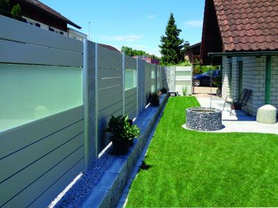 Das Alu-Systemprofil mit Material-Kombination aus Aluminium und Mattglas sorgt für edle Behaglichkeit auf dem eigenen Grundstück