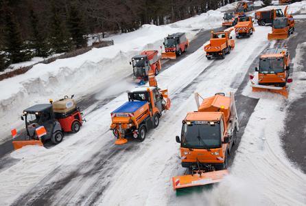 Hako-Maschinen und Multicar-Geräteträger im Einsatz gegen Schnee und Eis.