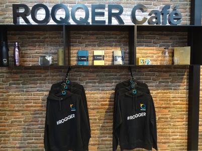 Messestand als Concept Store: Omnichannel-Anbieter ROQQIO zeigt auf der EuroShop Click & Collect mit Hoodies und Trinkflaschen