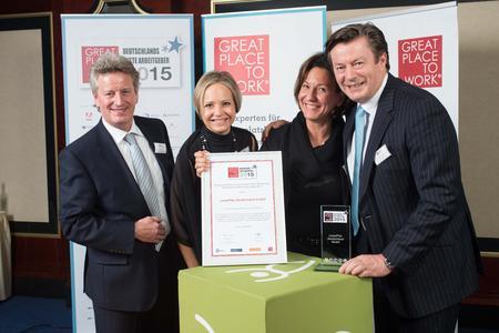 """So sehen Sieger aus (v.l.n.r.): Gunter Glück, Melanie Tiemann, Esther Breuch und Johan Friman nahmen stellvertretend für das gesamte Unternehmen die Auszeichnung als """"Great Place to Work"""" entgegen."""