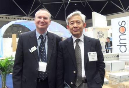 Hank Lim, Vizedirektor der STC Co. Ltd. und Frank Nölken, zuständig für International Sales bei G&D haben die Partnerschaft auf der ATC in Amsterdam besiegelt