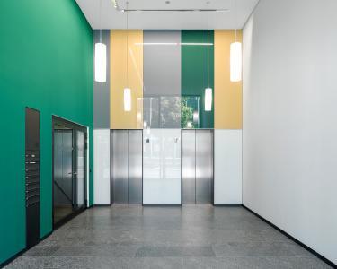 Einer der beiden separaten Eingangsbereiche zu den Büros (Türsysteme zu den Treppenräumen: Schüco ADS 75.SI). Bild: Schüco International KG  / Fotograf: Stefan Schilling
