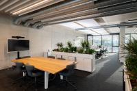 Modernes Industrie-Design, warme Eichenholzmöbel und viele Pflanzen, die das Ambiente auflockern. (Bilder: Markus Jokisch, www.asphaltmann.de)