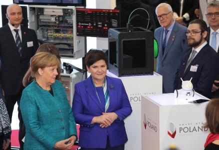 Die Vereinbarung zwischen HARTING und Digital Technology Poland (DTP) wurde auf der HANNOVER MESSE unterzeichnet: Vorstandsvorsitzender Philip Harting (links) und Prof. Janusz Szajna, Vorstandsvorsitzender von DTP