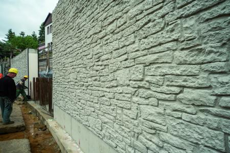 The NOEplast Murus Romanus textured formliner reproduces the appearance of a random rubble natural stone masonry wall, thus fulfilling the wishes of the listed building authority that the new wall should match the existing masonry