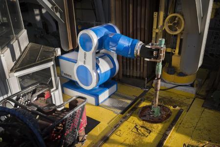 Im Drill-Floor-Roboter DFR 1500 von RDS sind insgesamt sechs hochpräzise Zykloidgetriebe von Nabtesco verbaut. Der Roboter greift einzelne Bohrelemente und bringt sie für den Bohrvorgang in Position. Dazu kann er selbständig auf verschiedene Werkzeuge zugreifen und diese innerhalb von Sekunden wechseln.