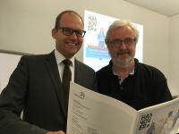 Wirtschaftsdezernent Ulf-Birger Franz (links) und Reinhard Biederbeck, Leiter des Teams Beschäftigungsförderung der Region Hannover, stellen das Ergebnis des Fachkräftemonitorings 2018 vor / Foto: Region Hannover