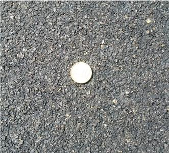 Der fertige Belag ist zwischen 3 und 6 mm stark und eignet sich daher für ebene Straßen welche keine Verformungen aufweisen / Fotos: VSI GmbH / Kaiserslautern