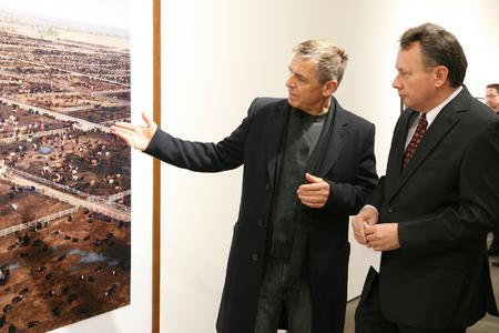 "The photo artist Andreas Gursky and Dr. Josef Staub (Managing Director Schneider-Kreuznach) in the exhibition ""Fotokunst V - Andreas Gursky""."