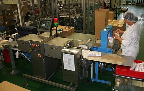 Für die Kontrolle von Produkten, die in aluminiumbeschichteten Beuteln abgepackt sind, wird ein RAYCON Produkt-Inspektionssystem eingesetzt.