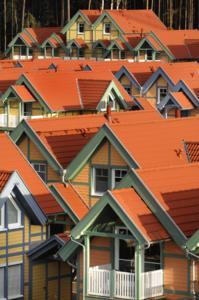 Zur farblichen Ausgewogenheit leistet auch die Einfarbigkeit der Dachlandschaft ihren Beitrag.
