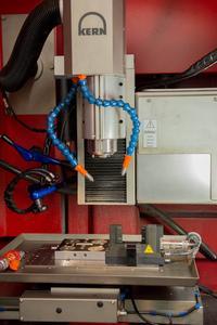Ein Mikrobearbeitungszentrum MMP 2522 von Kern sorgt für allerhöchste Präzision.