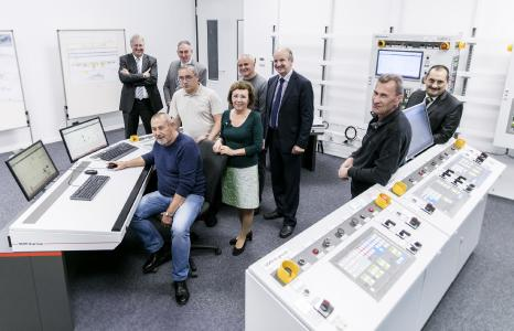 The representatives of MMPZ accompanying Vladimir Tishenko, First Vice General Director of MMPZ-group (seated), were deeply impressed by the possibility of controlling the first plant of the new tinplate complex in the Plug & Work test field at this early stage