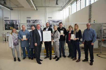 Nils Köstring (Fünfter von links), Geschäftsführer der AUBI-plus GmbH, überreichte die Urkunde an HARTING Ausbildungsleiter Nico Gottlieb (Vierter von links) und Sonja Roth (Fünfte von rechts), Zentralbereichsleiterin Personal. Die HARTING Ausbilder freuten sich ebenfalls über die Auszeichnung