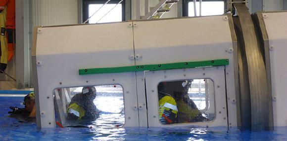 Beim Helicopter Underwater Escape Training wurde der Notaussteig aus einem sinkenden Helikopter trainiert