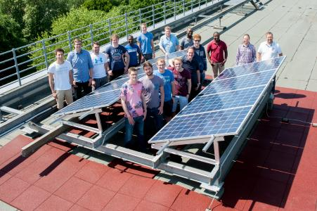 Erfolgreiche Installation einer Photovoltaik-Anlage. Elektrotechnik-Studenten des sechsten Semesters auf dem Dach des E-Gebäudes auf dem Campus Neustadtswall. Foto: Hochschule Bremen, Sabrina Peters