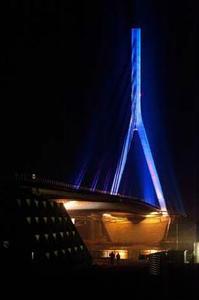 Die Niederrheinbrücke in Wesel leuchtet blau