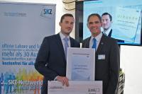 Institutsdirektor Prof. Dr.-Ing. Martin Bastian gratuliert Dr. Matthias Wilhelm zur exzellenten Promotion