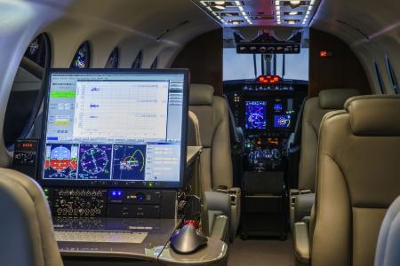 Funk Arbeitsplatz im Cockpit  /Abb.:  Aerodata