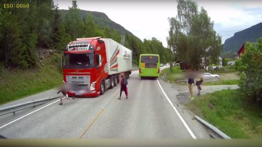 Screenshot Beinahe Unfall mit Schulkind